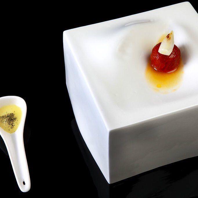 Tomate asado con moluscos y níscalo caldo de jamón y cebolleta asada a la parrilla. #Coque #MarioSandoval by mariosandovalchef
