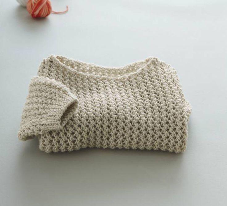 Un esprit ajouré pour ce pull à manches longues composé à 49% de laine d'agneau. Modèle mixé en point de tricot et col arrondi tricoté en lambswool. Modèle tricot n°31 du catalogue 85 Layette Bébé.