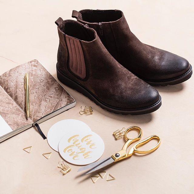 Kochamy piękne notesy i akcesoria, które pomagają w realizacji postanowień noworocznych. 😍📓 Jednym z nich są codzienne spacery, obowiązkowo w ciepłych i wygodnych butach! 👌🏻 🔎: D408-2-WEL-126 #shoes #lankars #brown #leather #winter #notes #planner #gold #journal #woman #style #shoestagram #instashoes #fashion #fashioninsta #beautiful #instagood #love #loveshoes