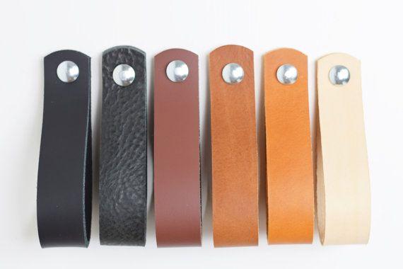 Geben Sie Ihre alte Garderobe einen Hauch von Stil mit dieser großen Leder Schublade zieht. Hergestellt aus dickem, voll Leder, werden diese Schublade zieht schön altern. In der Zeit werden sie von den natürlichen Ölen Ihrer Hände, empfangen eine dunkle, glänzende Farbe durchdrungen sein. Jeder Griff ist * 115 mm (4 1/2 ) lang (wenn geschlungen) * 25 mm (1 Zoll) breit. * mit einem M5 x 4cm-Schraube mit Mutter versehen. Wenn Sie kürzere oder längere Schrauben benötigen, bitte Nachricht ...