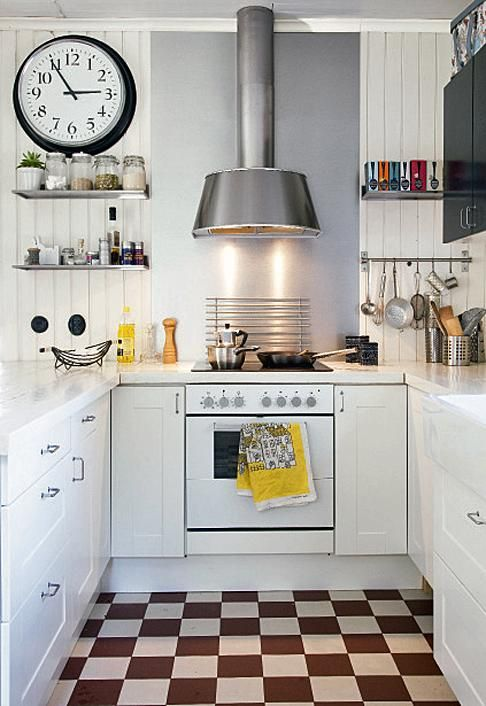 Keittiötasot on tehty leveistä lankuista ja vahattu Osmo Colorilla. Keittiökaapit on Ikeasta. Puristelaattalattia on käytössä mukava ja kestää ikuisesti. | Vihdoin valmis | Koti ja keittiö | Taina Vuohelainen | Kuva Arto Vuohelainen