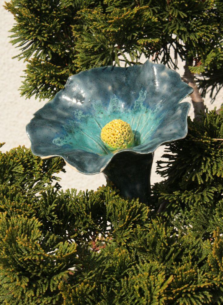 Květina do květináče Keramická glazovaná květina, 12 cm průměr květu, délka i se stonkem cca 30 cm. Sežerou - li vám slimáci květenu v zahradě, můžete jí nahradit touto stále kvetoucí. Krásně bude vypadat i v zeleni ve vašem květináči.