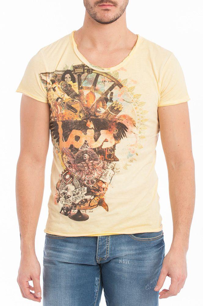 Camiseta en tonos amarillos de Lois Jeans combinada con pantalón vaquero.