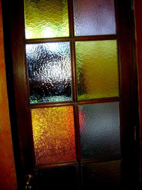 Puerta con vidrios de colores puertas pinterest for Modelos de puertas madera con vidrio