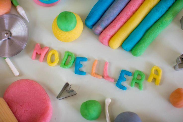 Gör din egen modellera, eller play-doh! Plättlätt och riktigt roligt att leka med!