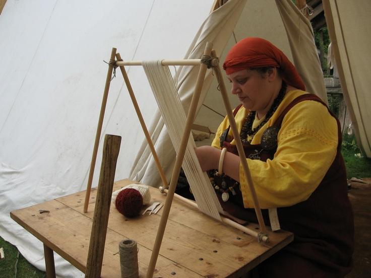 Making sprang (Muninn en Huginn) - This is a most excellent standing frame idea.