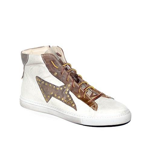 Sneakers in camoscio ghiaccio laminato con rifiniture in pelle marrone.