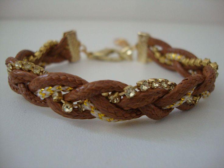 Pulseira de couro com cordão dourado e strass