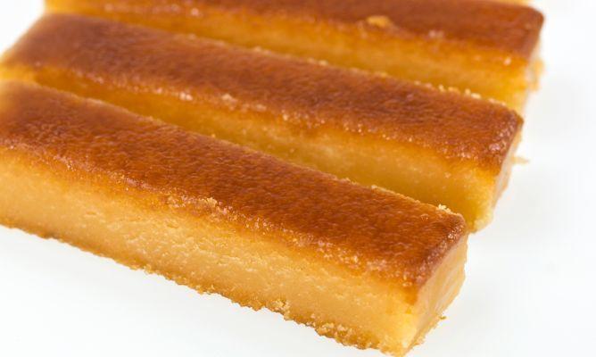 El turrón de yema quemada tiene su origen en la cocina catalana, donde se creó para aprovechar las yemas desperdiciadas al elaborar turrón duro y blando. Se comenzó a elaborar