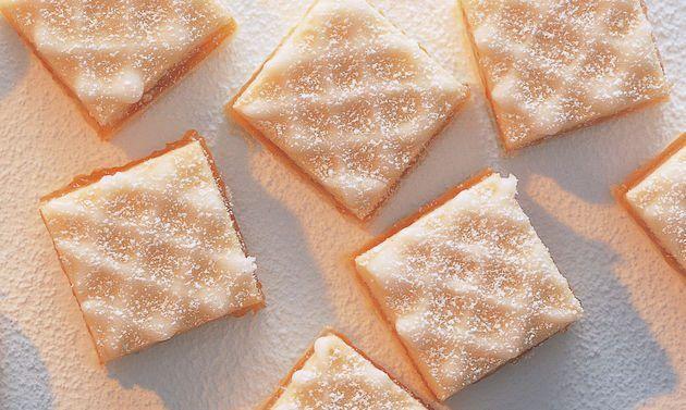 Wienerwaffeln: Mehl, Mandeln, Salz und Zucker mischen, Butter beifügen. Mit den Händen zu einer krümeligen Masse reiben, eine Mulde formen. Ei hineingeben, ...