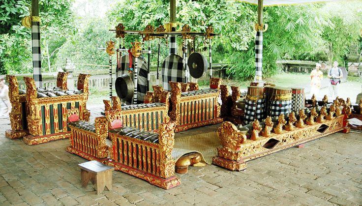 BALINESE GAMELAN (Bali) Gamelan Bali is one of the types that exist in Indonesian Gamelan. Gamelan has differences with Javanese gamelan is a form wilah (slats on saron) thicker, pencon form (form of gamelan as bonang) more than the wilah, faster rhythm.