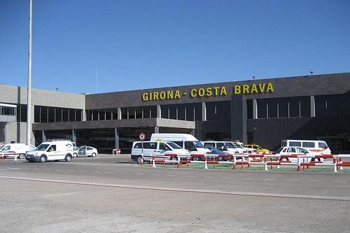 Si usted necesita un TAXI para ir al Aeropuerto de Girona, no lo dude, contacte con nosotros y le llevaremos como usted se merece. Disponemos también de taxis grandes, monovolúmenes, de 7 a 9 plazas para realizar desplazamientos. Para contactar con nosotros, lo puede hacer a través del mail: info@taxibcn.net, o llame ahora por teléfono al 685 162 649.
