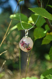 Suszone rośliny. Zawieszka z suszonymi kwiatami. Kamień naturalny kwarc różowy.