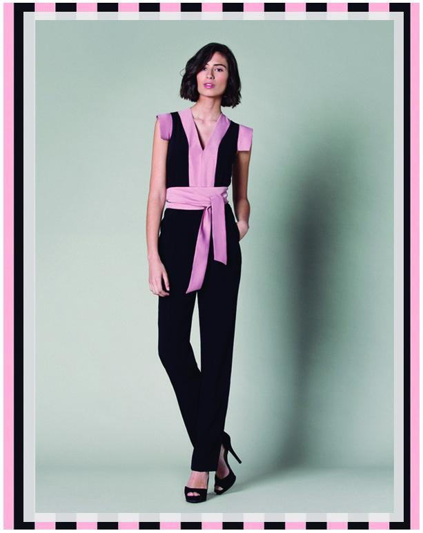 La combinación de dos tonalidades tan dispares como el negro y el rosa hacen de este mono una pieza muy femenina.