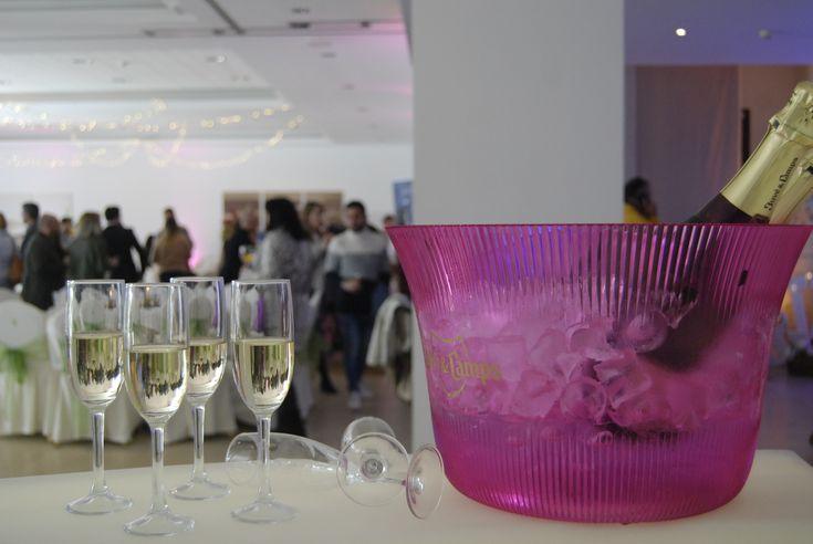 ¿Una copa de bienvenida para tus invitados? Unas fresas siempre vienen bien para acompañar al cava.  Sorprende a tus familiares y amigos en Alcaidesa Eventos. #Juve&camps #champagne #pink #Copa #barra #boda #wedding #celebracion #novios #fresas #strawberry