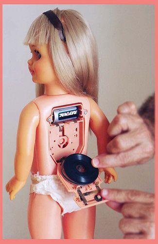 Zo'n 70's pop had ik voor mijn dochter gekocht, maar het was net of de pop constant in beschonken toestand aan het zingen was... :-)