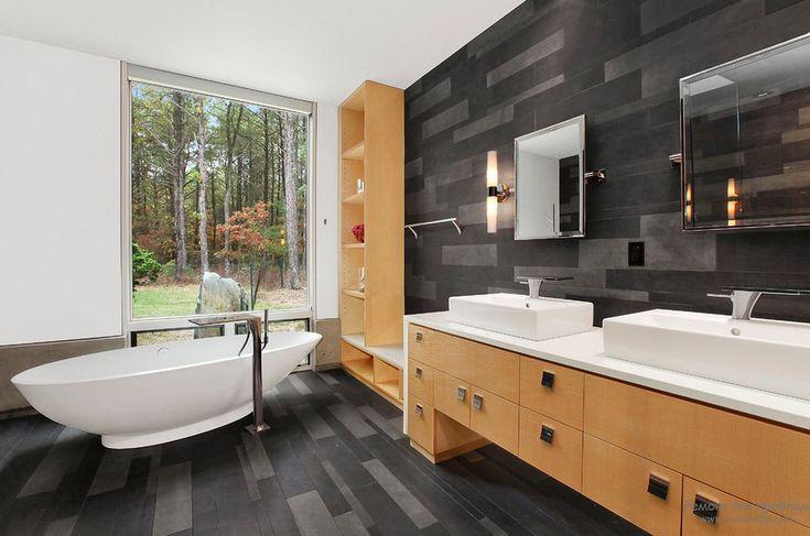 Панорамное окно в интерьере черной ванной комнаты