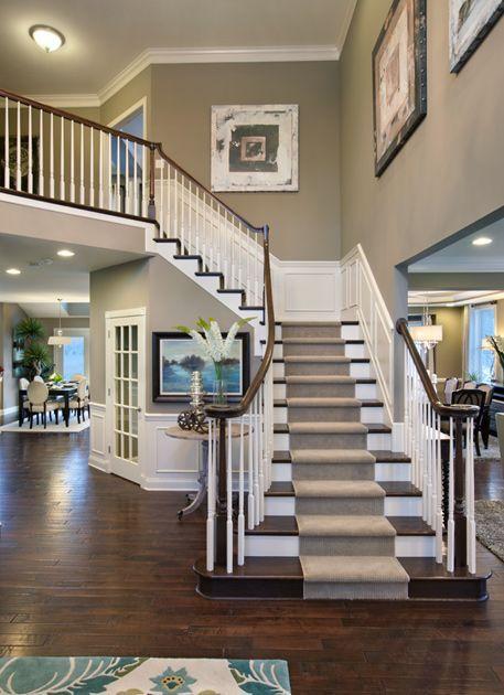 hermosa escalera con tapete