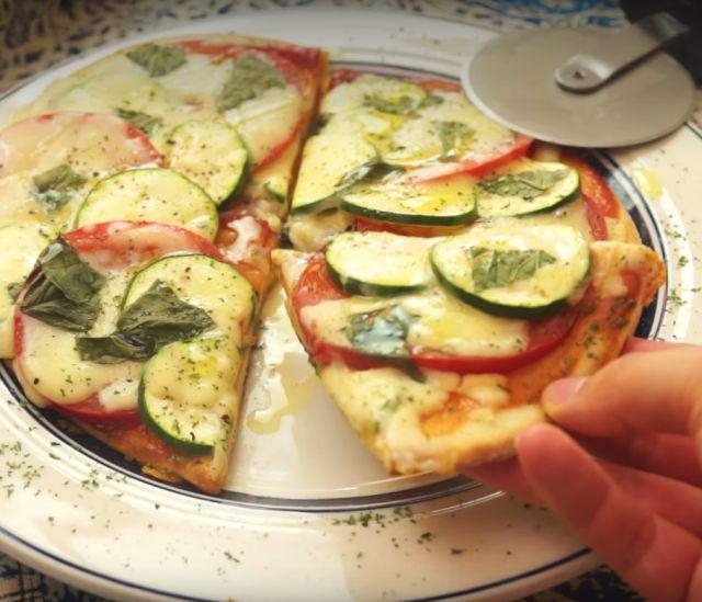 オーブン使わずサクサクとろ〜り!フライパンピザの作り方 - macaroni