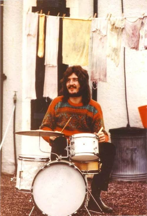 John Henry Bonham (1948-1980, died from drinking binge) outdoors on tiny drumkit. English musician songwriter, drummer of rock music band Led Zeppelin. Esteemed for his speed, power, fast bass-drumming, distinctive sound, feel for the groove. RESEARCH DdO:) - http://www.pinterest.com/DianaDeeOsborne/drums-drumming-joy/ - DRUMS AND DRUMMING. No date on photo, but interesting clothesline in back means probably 1960s: Anyone else wondering about that single yellow knee sock? Pin via jsmart…
