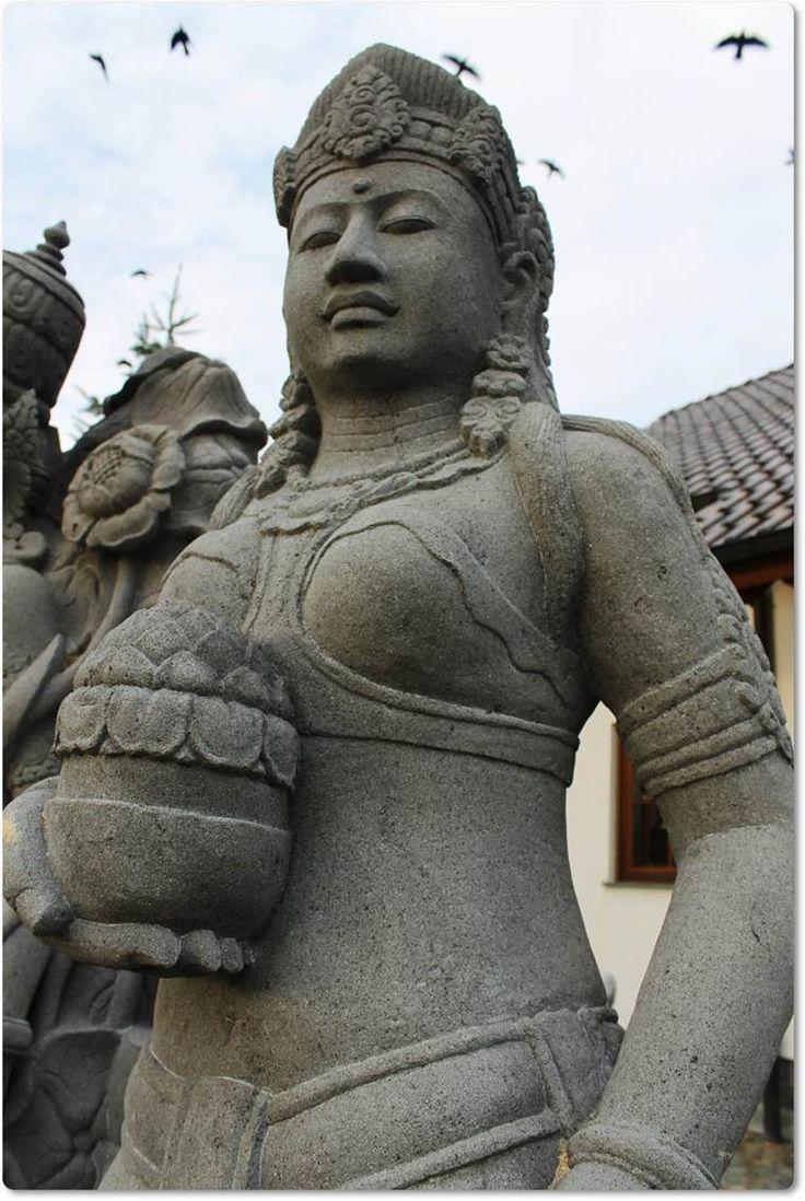 Steinfigur eines balinesischen Mädchens