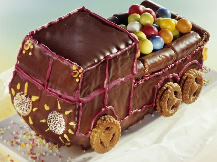 Моему младшему сыну скоро исполнится три годика и он попросил у меня тортик и машинку. Я знаю какой сюрприз порадует его больше всего — это тортик «Грузовик»! Испеку ещё печенье «Грибочки-орешки»- «Мишки-зайчики», чтобы можно было весело наполнять грузовик разнообразными фигурками и думаю, что малыш запомнит праздник и получит море удовольствия! Распечатать