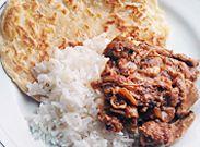 Indisch gestoofde kip met gestoomde rijst en paratha