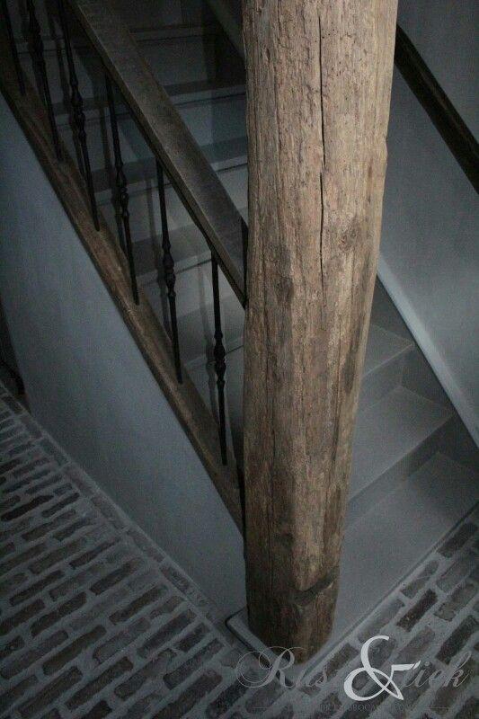 Mooie ruwe materialen hout met de vloer en smeedwerk, wel te donker