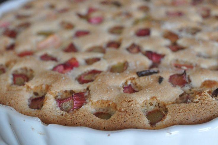 Jep - det passer! På under 10 minutter kan denne rabarbertærte røres sammen og efter 20 minutter i ovnen, kan der serveres nybagt rabarbertærte, fedtfattig ovenikøbet. Wee! :-)