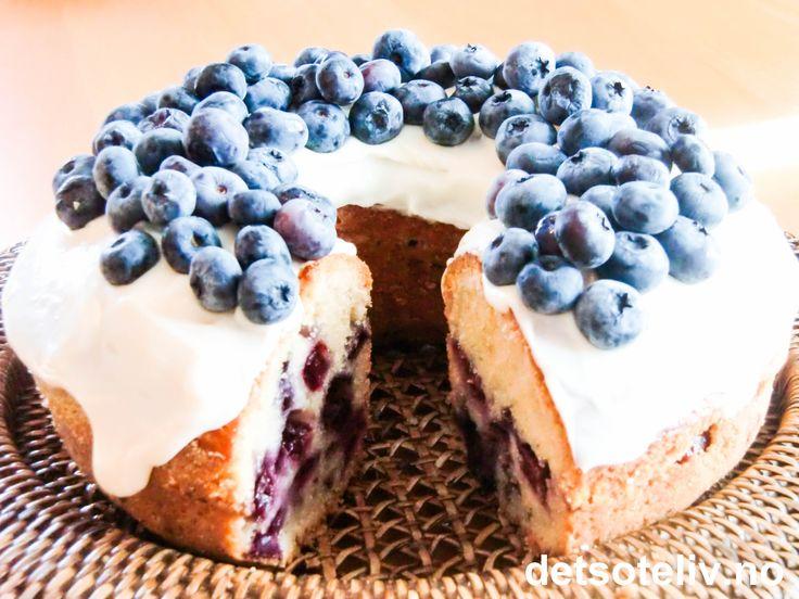 """""""Magnolia Bakery"""" som ligger i New York er først og fremst verdensberømt for sine cupcakes! Du finner oppskriften på både """"Magnolia Vanilla Cupcakes"""" og """"Magnolia Chocolate Cupcakes"""" på detsoteliv.no. Men """"Magnolia Bakery"""" baker også veldig mange andre fantastisk gode kaker! Det har jeg selv erfart etter å ha vært besøk og totalt forspist meg:-) Her er oppskrift på bakeriets kjempegode """"Blueberry Coffee Cake with Vanilla Glaze"""". Supernydelig, myk & sommerlig blåbærkake!"""