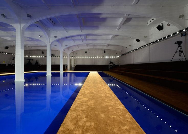 Architect Rem Koolhaas Created A Runway Surrounded By Water For Fashion House Prada S Spring Summer 2015 Collection Shown I Rem Koolhaas Catwalk Design Catwalk