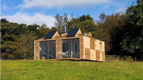 Brockloch Bothy: casa ecológica de módulos prefabricados. ECHO es una empresa del Reino Unido que se dedica a la construcción de módulos prefabricados de madera, que son bastante respetuosos con el medio ambiente. Cada módulo tienen unas dimensiones de 3 x 3 metros, una cubierta con forma de pirámide, y una claraboya. Hay paneles solares en el tejado para hacer que pueda funcionar de manera autosuficiente.  #CasasPrefabricadas, #Sostenibilidad