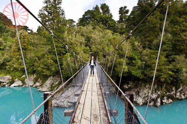 Ponte suspensa sobre o Hokitika gorge, na West Coast da Nova Zelândia