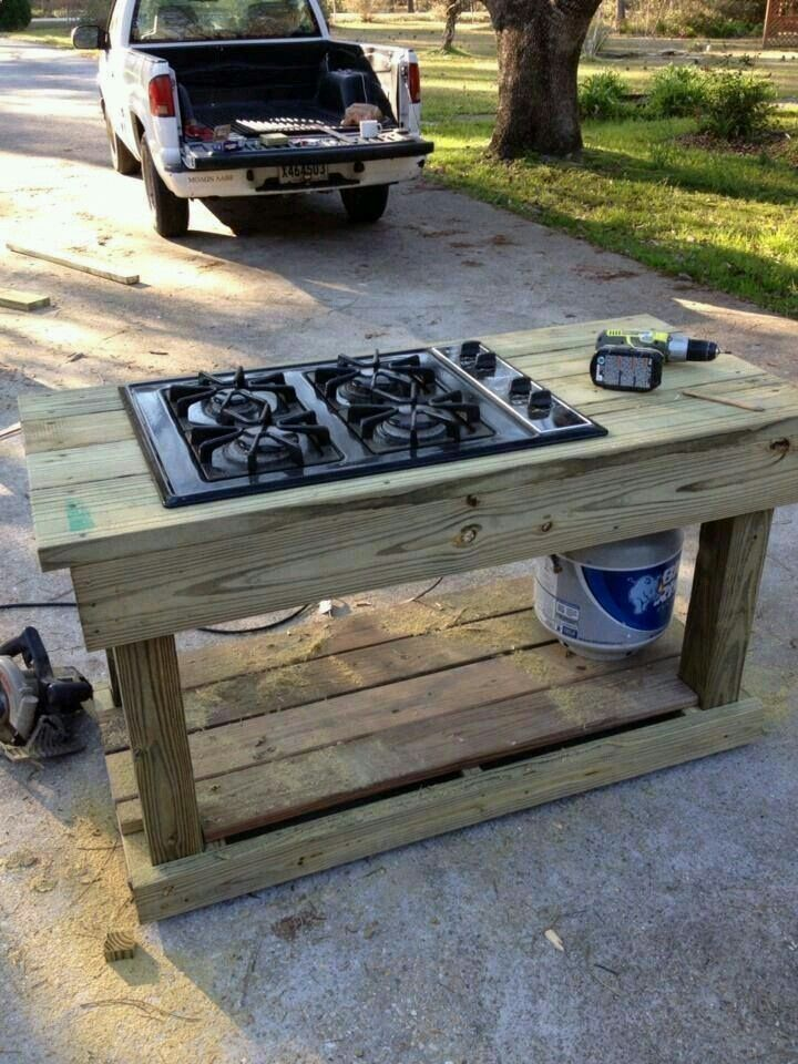 This is a good idea. Using pallets to build a counter for the burner & tank.