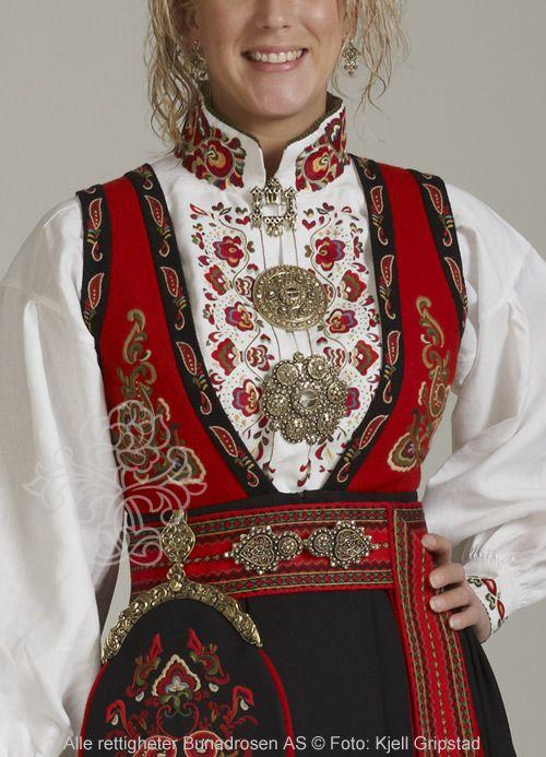 Øst-Telemarksbunad, modell Prinsesse med bånd. Skjorte Dronning Sonja med farget broderi.