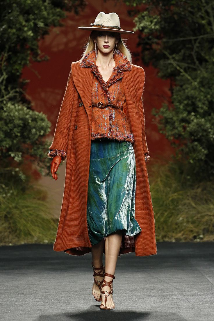 Abrigo largo de punto.  Chaqueta tweed naranja. Falda midi terciopelo