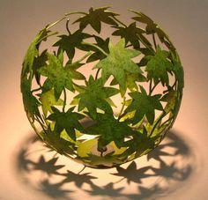 pega hojas sobre un globo y luego reviéntalo. Hermoso!
