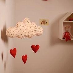 Nuvola in feltro beje con cuoricini rossi imbottiti