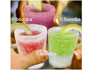 Forma na ľadové poháre - 4 kusy je perfektná pomôcka do kuchyne a na každú párty, pomocou ktorej ľahko zmrazíte vodu, ovocný džús, nealkoholické nápoje alebo aj čokoládu, a potom takýto ľadový pohár vyplníte nápojom podľa vlastnej chuti. Povedzte, môže byť niečo úžasnejšie, ako servírovať alkoholické (alebo aj nealkoholické) nápoje z pohára vyrobeného z ľadu? Balenie obsahuje formu na výrobu štyroch kusov a servírovací podnos.