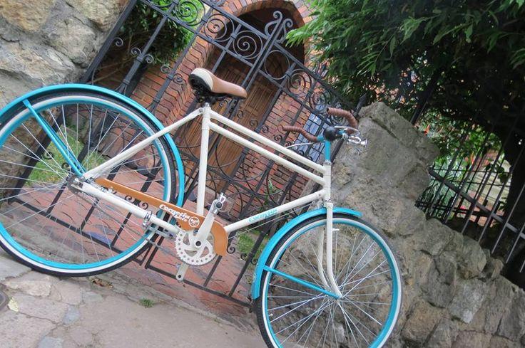 #ClásicaColombianaCornelia En los campos y carreteras de #Colombia, reina esta bici. ¿Qué recuerdos les trae esta bicicleta, más conocida como la Panadera?