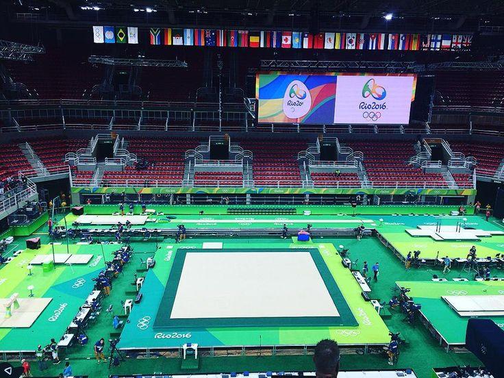 体操会場のリオオリンピックアリーナ。内村航平選手は「アテネ五輪の会場に似ている」と印象を口にしていました。。今から日本男子の5人が世界の先陣を切って公式練習に臨みます(山)