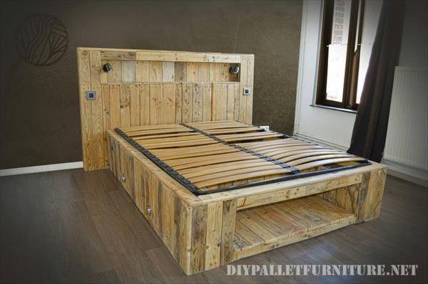 Genial esta cama que hemos encontrado realizada con tablas de palets, la cama utiliza un somier convencional de cama de matrimonio para ha...