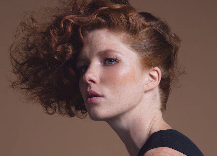 Capelli Primavera 2017: la nuova piega effetto nude  https://www.vanityfair.it/beauty/capelli/2017/04/10/capelli-piega-naturale-effetto-nude
