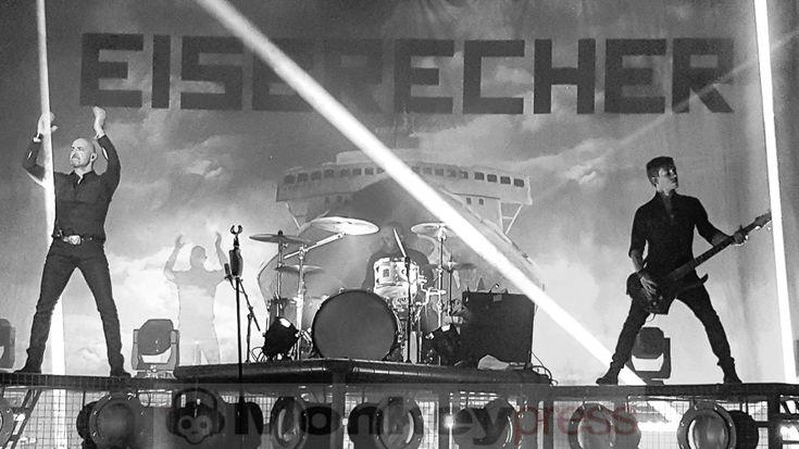 Am Wochenende des vierten Advents fand in der Schwarzwaldhalle in Karlsruhe das Knock Out Festival statt wo sich unter anderem J.B.O. DIRKSCHNEIDER Saltatio Mortis und EISBRECHER OFFICIAL die Ehre gaben. Wir haben das Ganze in Wort und Bild für Euch dokumentiert: http://monkeypress.de/2016/12/live/festivalberichte/knock-out-festival-karlsruhe-schwarzwaldhalle-17-12-2016/
