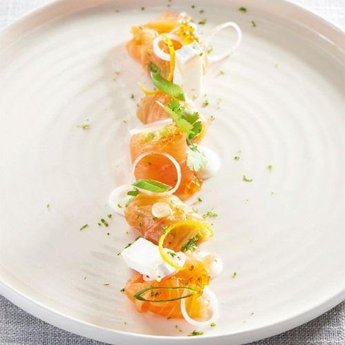 Carpaccio van zalm met geitenkaas en sinaasappelvinaigrette - recept - okoko recepten
