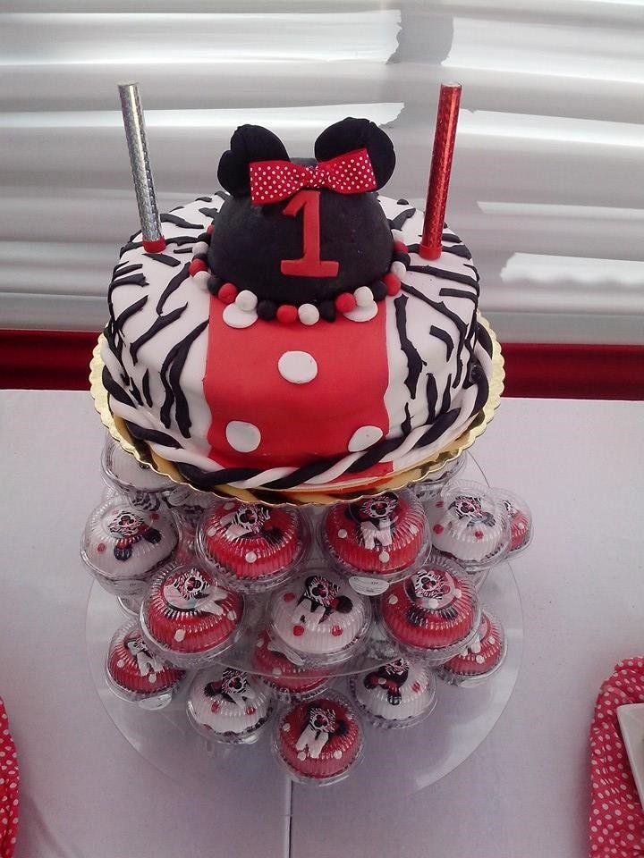 Torta Minnie acompañada de bellos cupcakes! :)