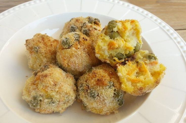 Le polpette di patate, piselli e carote sono un piatto sfizioso ed alternativo rispetto alle classiche polpette di carne. Ecco la ricetta