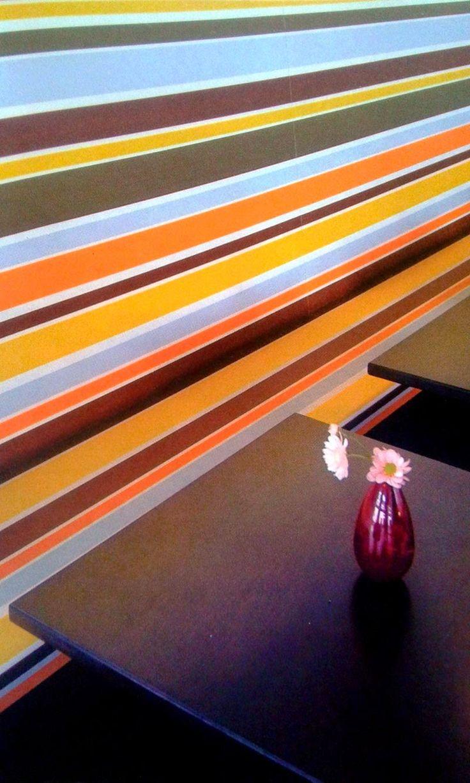 Interior Dinding dengan Motif Garis yang Berani dan Tegas - Rumah Kita