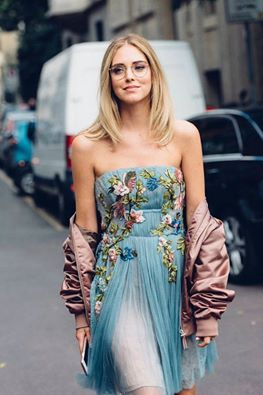 Ospite d'onore di #AlbertaFerretti, The Blonde Salad by Chiara Ferragni, la bellissima blogger e fashion designer qui catturata in un romantico total look della stilista. Come potete osservare gli intramontabili inserti floreali valorizzano i toni pastello di uno stupendo abito rinascimentale del brand. Eterea bellezza… #Infokonk #fashionweek #moda #fashion