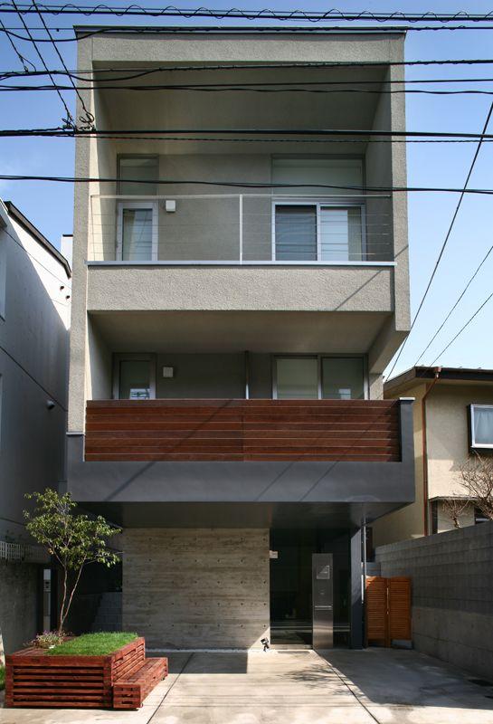 東京都目黒区にあるスキップフロアの事務所兼住宅です。地下室部分はオーワークスのオフィスとしても活用されている代表的な建物でもあります。